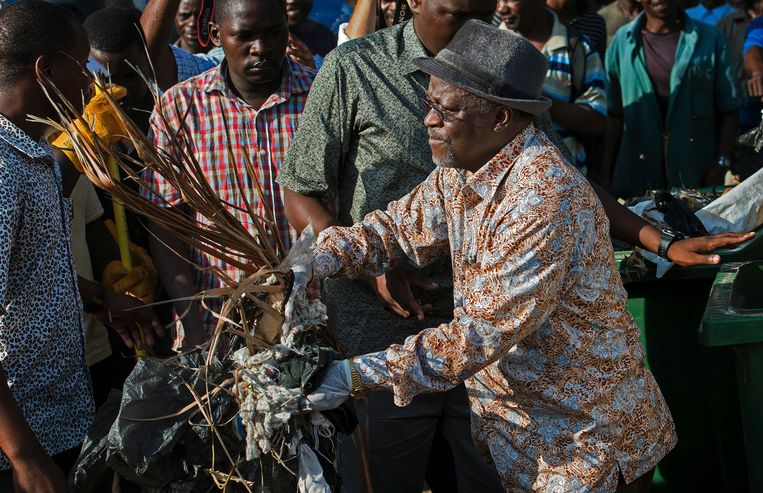 President Magufuli tijdens een opruimactie in de buurt van zijn woning in Dar es Salaam eind 2015, toen hij nog immens populair was. Beeld AFP