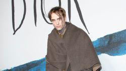 Acteur Robert Pattinson genadeloos uitgelachen op Paris Fashion Week