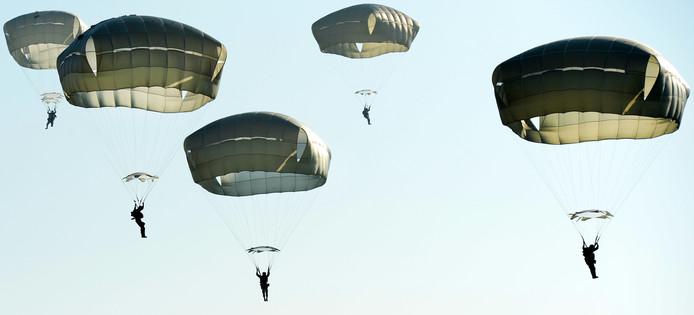 Parachutisten van de Amerikaanse 82nd Airborne Division springen boven Groesbeek.