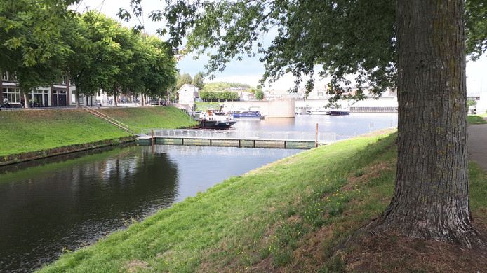 De tijdelijke voetgangersbrug over de Zuid-Willemsvaart.