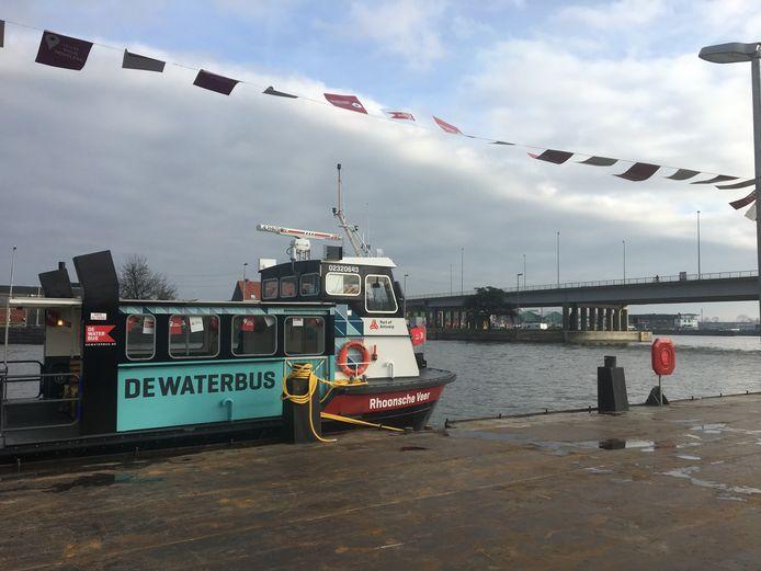 De nieuwe route van DeWaterbus is acht kilometer lang en krijgt vijf halteplaatsen: Havenhuis, Fietsbrug IJzerlaan (Merksem), Brug van den Azijn (Deurne), Hoogmolendijk (Schoten) en Brug Houtlaan (Wijnegem).