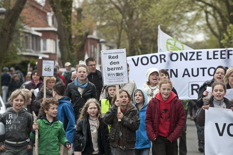 Al in 2012 werd geprotesteerd tegen het verdwijnen van de 'Berm'. De stad Mortsel gelooft dat de R11bis er niet zal komen en de oude spoorwegberm dus mag blijven.