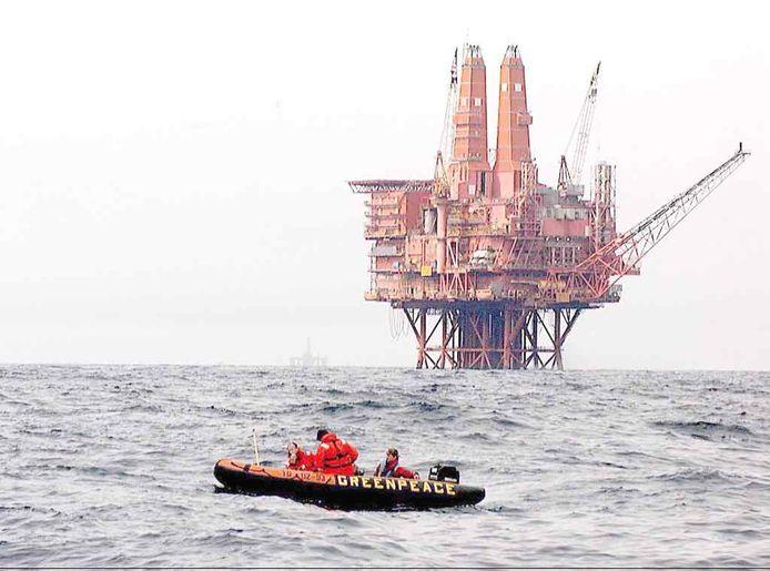 Greenpeace kwam eerder in actie tegen olieplatforms op de Noordzee, zoals hier in 2003.