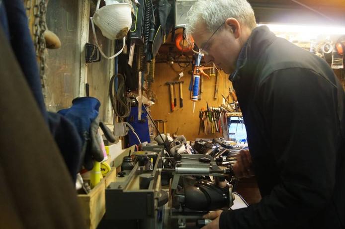 Jan van der Graaf bezig met het slijpen van schaatsen