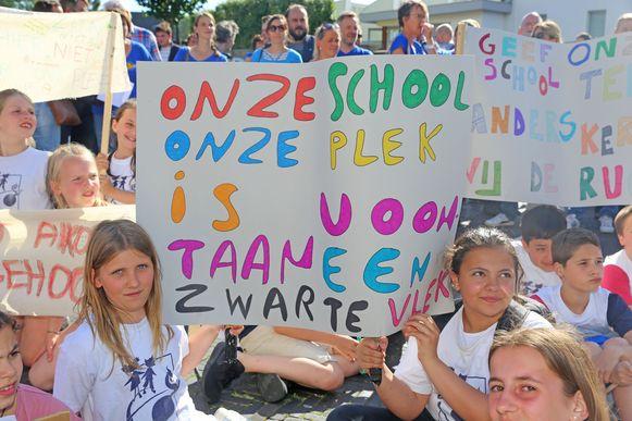 De leerlingen voerden actie voor het gemeentehuis tegen de overname van hun school.