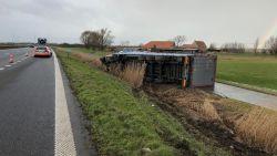 Vrachtwagen met 25 ton aluminium crasht in de gracht naast de E40