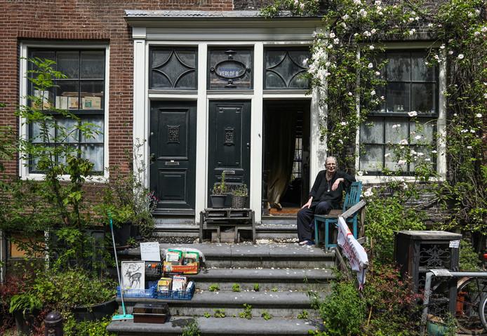 Saskia Snelders bij de deur van haar twee huisjes aan de Noorderstraat.