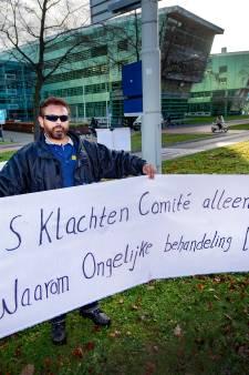 Moshin Saeed rolt zijn spandoeken uit bij de Radboud Universiteit: Ik ben gezakt vanwege mijn huidskleur