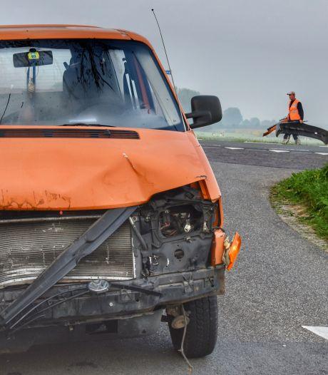 Auto's zwaar beschadigd bij aanrijding in Olst, auto waarmee die begon reed door