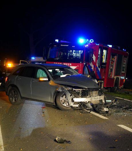 Zwaargewonde bij stevige botsing tussen drie auto's in Zevenaar