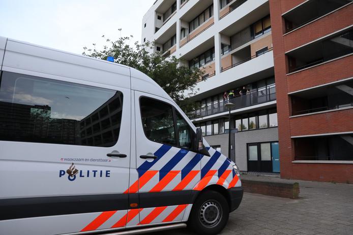 De politie deed gisteren onderzoek in een woning aan de Van Diesenstraat in Den Haag nadat er een overleden persoon was aangetroffen.