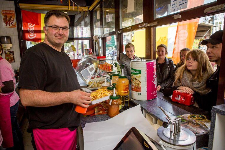 Jurgen Gevers tijdens zijn wereldrecordpoging frieten bakken, die eigenlijk al van voor de start mislukt was.