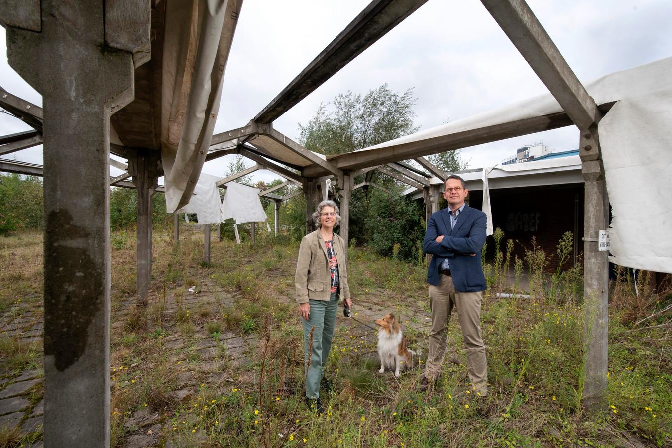 Loes Nierop (l), hond Ayla (m) en Hubert Slings (r) op de plaats van de voormalige fietsenstalling bij het portiersgebouw van Enka aan de Beeldhouwerstraat in Arnhem. In het kader van de metamorfose van het voormalige fabrieksterrein willen de bewoners van de wijk Plattenburg het gebouwtje revitaliseren.