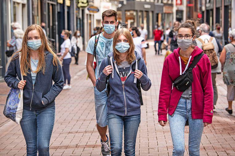 De Kalverstraat in de hoofdstad afgelopen zomer. Amsterdam en Rotterdam experimenteerden in augustus met het                          verplicht dragen van mondkapjes in een aantal drukke winkelstraten. Beeld  Guus Dubbelman / de Volkskrant