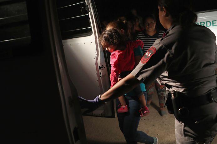 Een meisje van twee uit Honduras wordt samen met haar moeder gearresteerd aan de grens met Mexico.