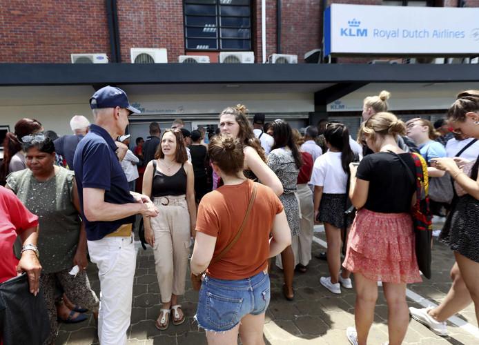 Gestrande reizigers met een Nederlands paspoort staan voor het hoofdkantoor van KLM. Zij proberen een ticket te bemachtigen om weer terug te kunnen vliegen naar Nederland.