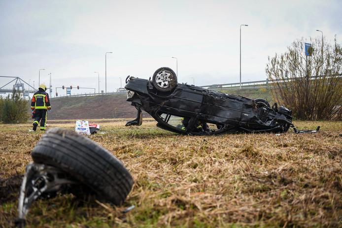 Flinke schade bij de auto die over de kop sloeg op de N11 in Alphen