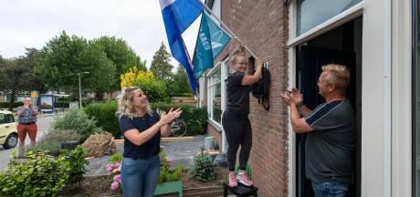 Verrassing! Leraren brengen taart, vlag en cijferlijst langs bij geslaagde leerlingen van het Almere College Kampen