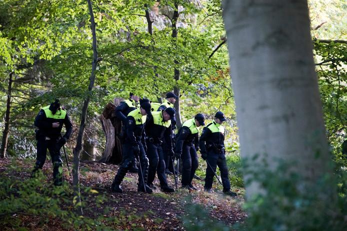 De Mobiele Eenheid (ME) zoekt in het Blookerpark naar sporen van de vermiste Anne Faber.