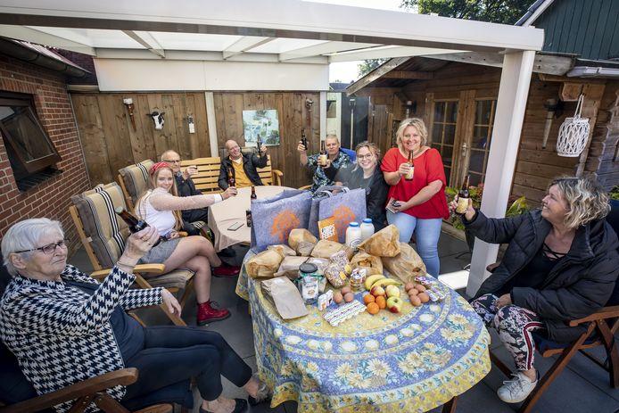 De familie Lansink heeft zich verzameld om te genieten van het brunchpakket.