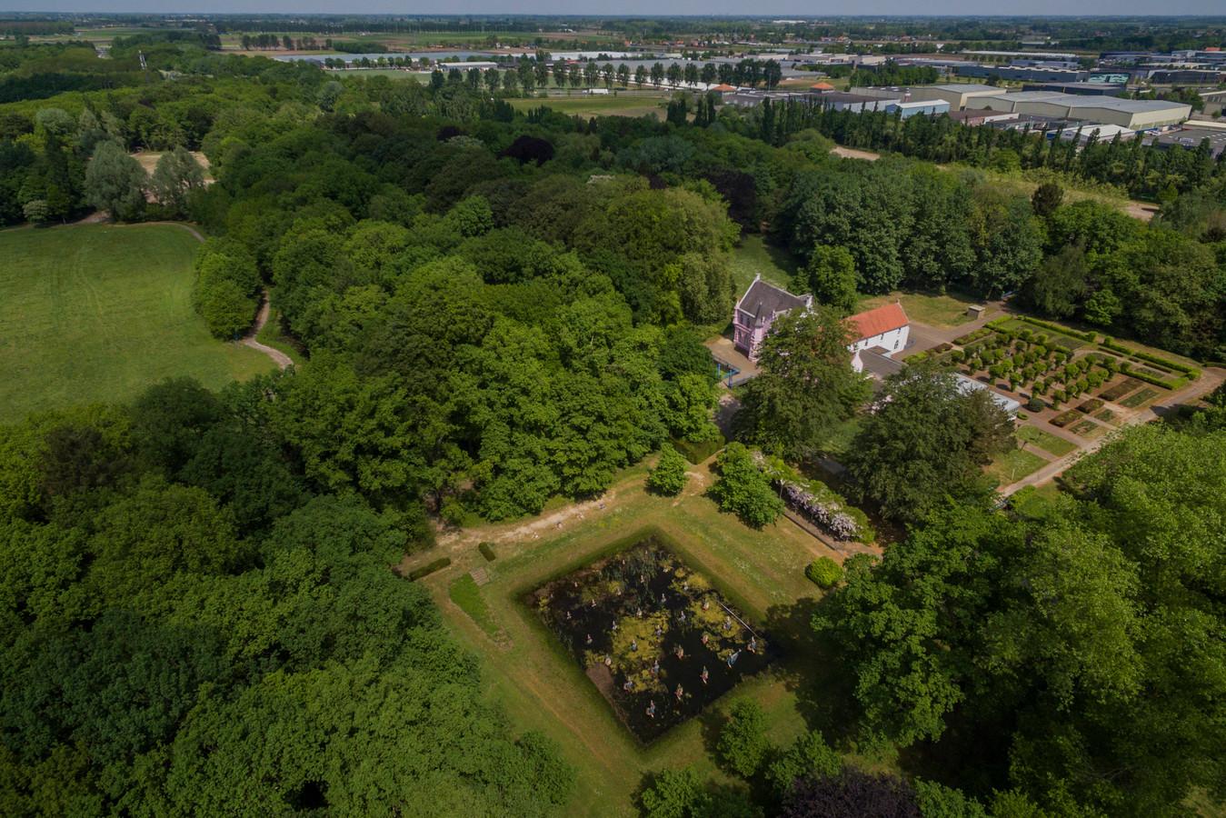 Een deel van Landgoed Steenenburg, nog voor de restauratie van het Roze Kasteel begon. De te kappen bomen staan hier niet op en liggen wat naar links.