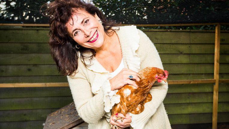 50Plus-kandidaat Léonie Sazias in de tuin bij haar huis in Hilversum. Beeld Jiri Buller / de Volkskrant