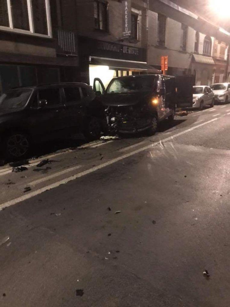 De bestuurder ramde twee geparkeerde auto's en nam de vlucht.