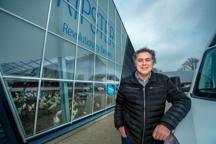 Ruud Zanders voor zijn nieuwe kippenstal.