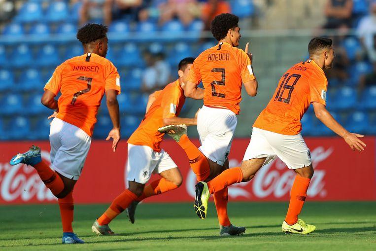 Ki-Jana Hoever na de openingsgoal tegen Paraguay. Links Sontje Hansen, die Oranje op 2-0 zou zetten. Beeld BSR Agency