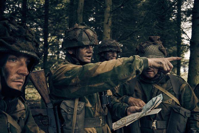 Scene uit de televisieserie 'Paratrooper' in voorbereiding.