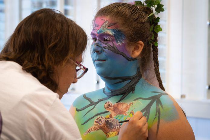 Artiest Angelina vankemenade uit Reusel paint model Leandra Vermeulen uit Oss.