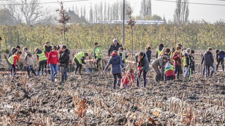 Het terrein was erg modderig, maar daar trokken de leerlingen zich niks van aan.