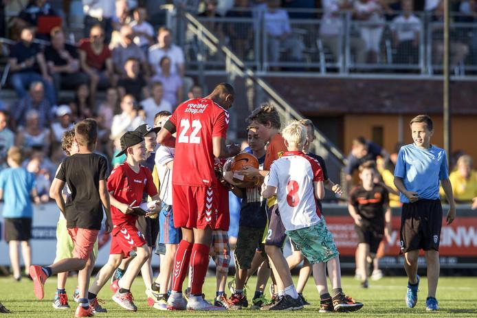 Sebastien Haller was de populairste speler van Utrecht bij jonge handtekeningenjagers.
