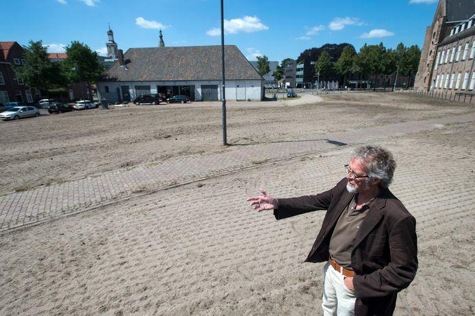 Jos Koniuszek van het Ondernemersfonds op het braakliggend stuk grond achter de Stadsgalerij waar een bloemenzee moet verrijzen.