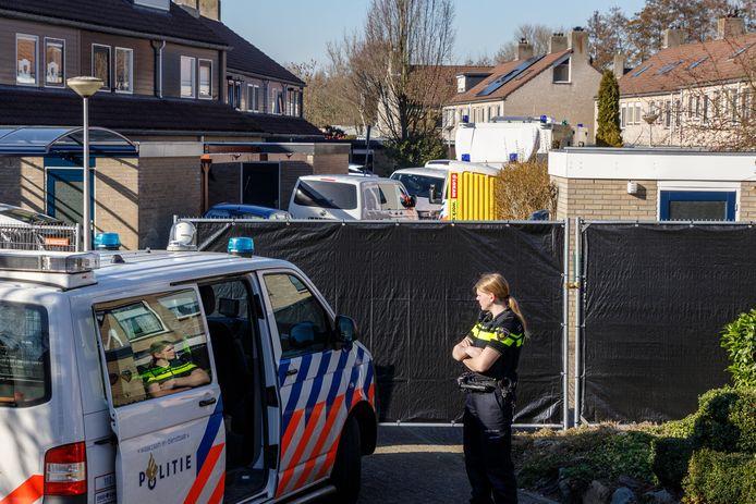 De politie doet onderzoek na de nachtelijke granaatexplosies aan de Hanselaarmate.