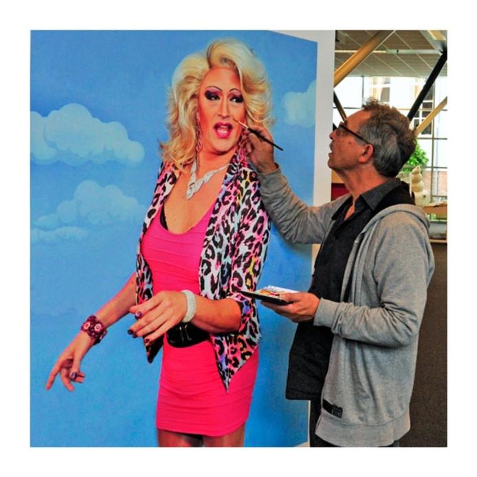 Fotograaf Frans Artz werkt de foto van Drag Queen Mellons bij met make-up.