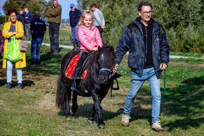 De ponymarkt die niet doorging. Toch kon er op de Waaldijk voor een euro op de pony worden gereden.