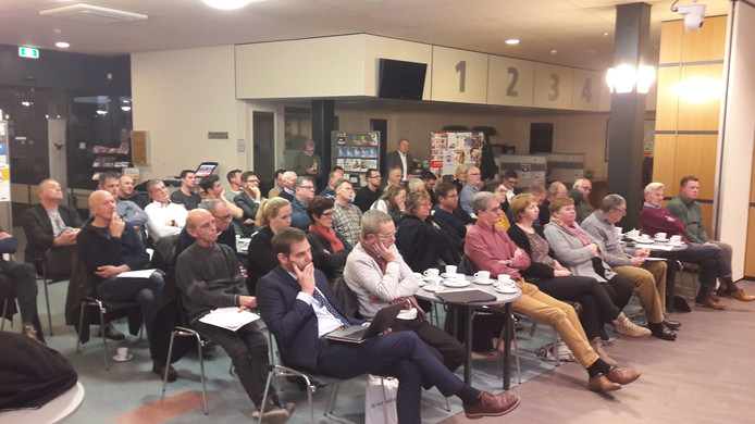 Een bomvolle raadszaal luisterde naar de insprekers en wethouder van Vugt over maatregelen tegen overlast door sluipverkeer bij Hooipolder Plus