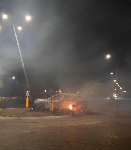 Brandweer vlucht na autobrand bij rotonde op Urk: 'Laat hulpverleners met rust!'