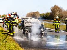 Auto vliegt tijdens het rijden in brand op A59