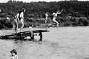 31 mei 1978, verkiezingsdag. Bezoekers van het naaktstrand aan de Galderse Meren nemen een sprong van hun zelfgemaakte duikplank.