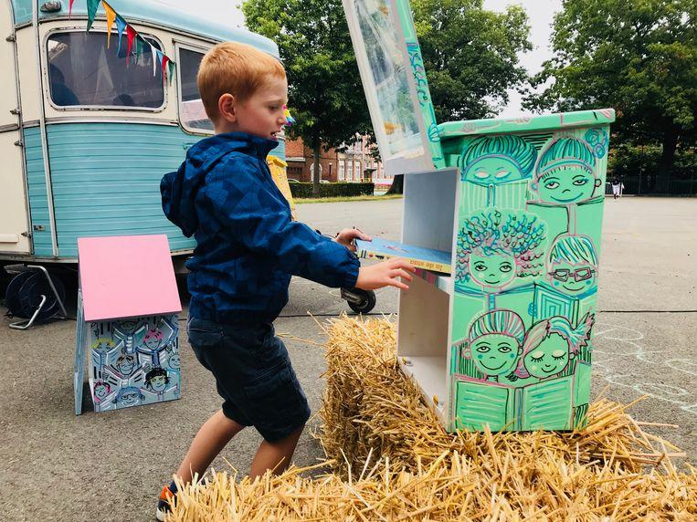 Buurtkinderen vulden de boekenkastjes met boeken, Joke Devynck kwam voorlezen.