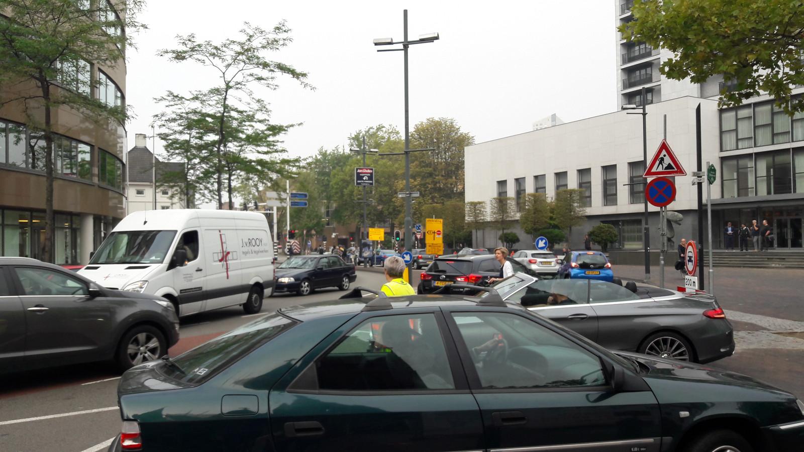 Verkeersregelaars moeten voorkomen dat het een chaos wordt door de afsluiting wegens werkzaamheden van de Vestdijk in Eindhoven.