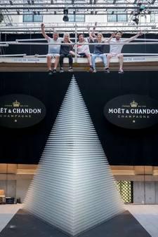 VIDEO: Het is gelukt! 50.000 champagneglazen gevuld, Luuk uit Vinkel verbreekt het wereldrecord