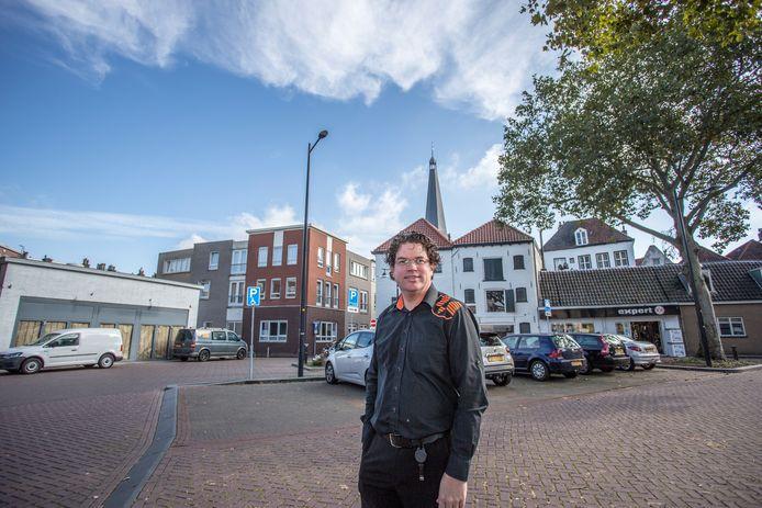 Ondernemer Mathijn Eliesen van Expert verruilt zijn oude pand (rechts) voor een nieuwer, groter pand (links). ,,We zien zeker nog kansen in een fysieke winkel op een goede zichtlocatie.''