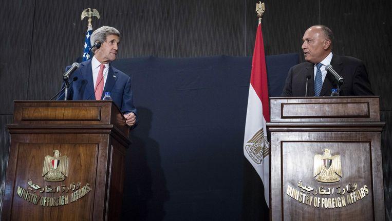 De Amerikaanse minister van Buitenlandse Zaken John Kerry (links) en zijn Egyptische collega Sameh Shukri staan de pers te woord. Beeld ap