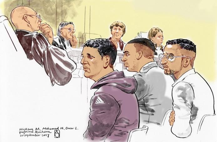Rechtbanktekening van een eerdere zitting. De verdachten (VLNR) Hicham M., Mohamed H. en Omar L., in de zaak rond de liquidatie van Chahid Yakhlaf in Kerkdriel. Rechtsboven OvJ. Aidan van Veen. In het midden achter voorzitter mevr. mr. Kerster.