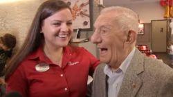 """100-jarige man krijgt levenslang gratis eten: """"Dan kom ik elke dag vanaf nu!"""""""