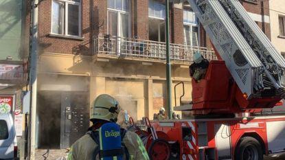 """Brandweer bevrijdt 30 krakers uit brandend gebouw met dichtgetimmerde ramen in Kuregem: """"We konden hen niet uitzetten door coronacrisis"""""""