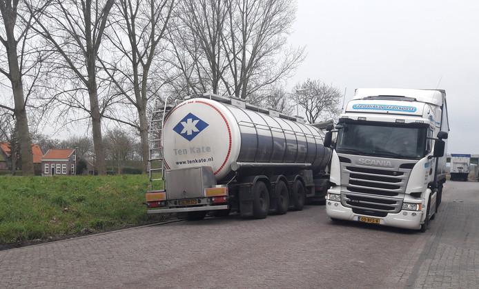 De geparkeerde vrachtwagen aan de Zeedijk zorgt voor overlast voor het andere vrachtverkeer.